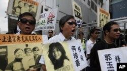 香港人權團體戴上陳光誠式的墨鏡遊行支援陳光誠