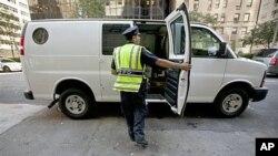 纽约市警察在纽约曼哈顿第59街和公园大道检查商业车辆