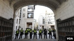 Polisi kota London menjaga pintu masuk ke Lapangan Paternoster Square dan bursa saham London (foto: dok).