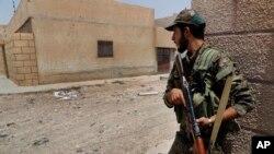 ائتلاف به رهبری ایالات متحده، از شورشیان سوری حمایت می کند که بر ضد داعش نیز می جنگند