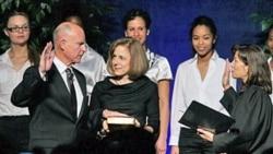 جری براون، سمت چپ، در حال اجرای مراسم سوگند - او سی و نهمین فرماندار کالیفرنیا شد