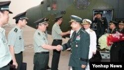 한중 군사회담에 참석하기 위해 출국한 정승조 한국 합참의장이 4일 중국 수도공항에 도착해 주한중국국방무관 등 중국군 인사들의 영접을 받고 있다.