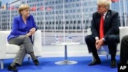 El presidente de EE.UU., Donald Trump, y la canciller alemana Angela Merkel, durante su reunión bilateral el miércoles 11 de julio en Bruselas, Bélgica. (AP Photo/Pablo Martinez Monsivais).