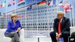 លោកប្រធានាធិបតី ដូណាល់ ត្រាំ ជជែកជាមួយនឹងលោកស្រីអធិការបតីអាល្លឺម៉ង់ Angela Merkel នៅក្នុងកិច្ចប្រជុំទ្វេភាគីរបស់ពួកគេ កាលពីថ្ងៃទី១១ ខែមិថុនា ឆ្នាំ២០១៨ នៅក្នុងក្រុងប្រ៊ុចសែល ប្រទេសប៊ែលហ្ស៊ិក។