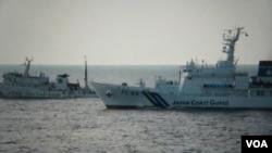 日本海上保安厅公开最近与中国海警舰艇在东中国海对峙的图片 (美国之音歌蓝拍摄)