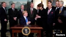 Президент Дональд Трамп подписывает меморандум о введении пошлин на экспорт высокотехнологичных товаров из Китая, март 2018 года