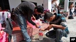 Los migrantes centroamericanos que han viajado en caravanas a Estados Unidos recolectan a menudo agua y descansan en iglesias que les abren sus puertas.
