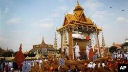 Arakan yang mengangkut peti jenazah Raja Norodom Sihanouk, meninggalkan Istana Kerajaan menuju lokasi tempat kremasi di Phnom Penh, 1 Februari 2013. (AP Photo/Wong Maye-E). Jenazah Raja Norodom Sihanouk akan dikremasi hari Senin (4/2).