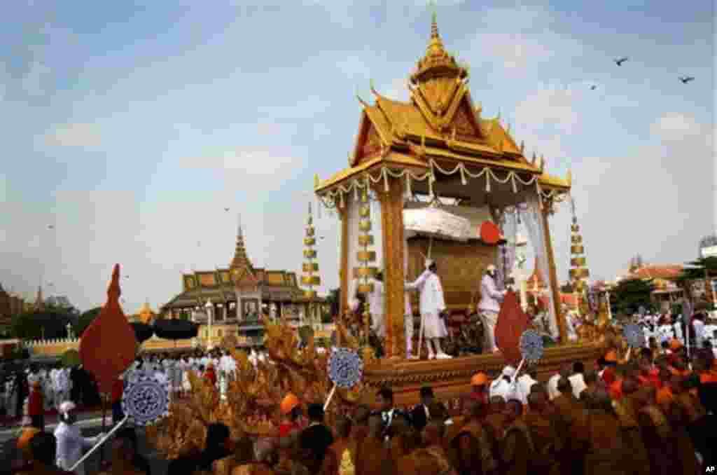 تابوت حامل نورودم سیهانوک، پادشاه درگذشته کامبوج در مراسم تشیع جنازه از کنار کاخ سلطنتی در پنوم پن عبور می کند.