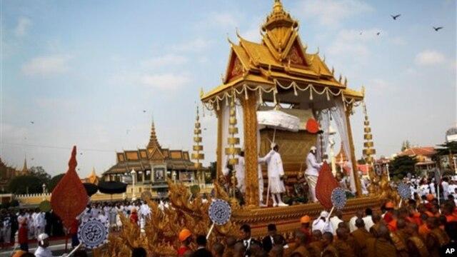 Đoàn xe chở linh cữu của cố Quốc vương Norodom Sihanouk được rước qua các đường phố của thủ đô đến đài hỏa thiêu, ngày 1/2/2013.