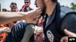 La police turque arrête un manifestant participant au rassemblement du 1er mai 2018 du côté anatolien d'Istanbul à Maltepe.