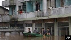 북한 평안남도 안주시에서 홍수로 불어난 물을 피해 건물 위로 대피한 주민들.