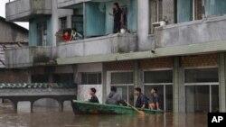 30일 평안남도 안주시에서 홍수로 차오른 물을 피해, 지붕과 발코니로 올라간 주민들.