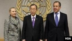 La secretaria de Estado de EE.UU., Hilary Clinton (izquierda), posa junto al secretario general de la ONU, Ban Ki Moon (centro), y el mistro ruso de Relaciones Exteriores, Sergey Lavrov (derecha) en la sede del organismo en Nueva York.
