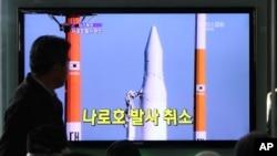 Người Hàn Quốc theo dõi bản tin trên truyền hình về một vụ phóng phi đạn của Bắc Triều Tiên.