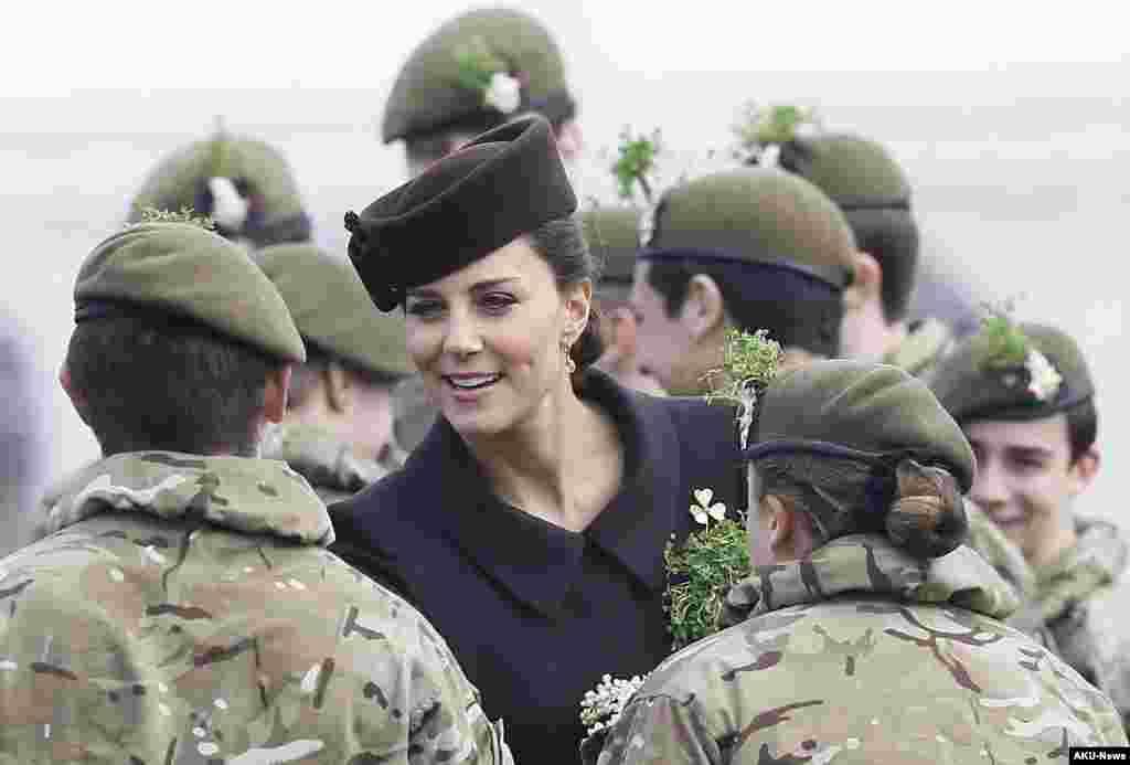 Kate, Duchess of Cambridge menemui kadet dalam kunjungan ke Batalyon 1 Pengawal Irlandia di Parade Hari St. Patrick di Mons Barracks, Aldershot, Inggris, 17 Maret 2015.