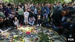 Para penggemar John Lennon saat memperingati HUT Lennon ke 70 di Central Park, New York 9 Oktober 2010.