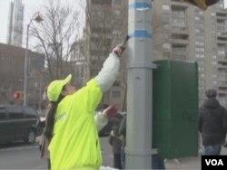 商業改進區清潔工人王春艷清理唐人街的路面環境