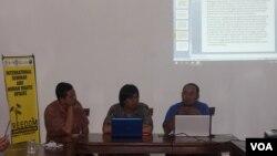 Diskusi HAM terkait hasil putusan sidang IPT di Fakultas HUkum Universitas Airlangga, Surabaya (16/8). (VOA/Petrus Riski)