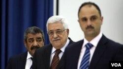 Presiden Palestina Mahmoud Abbas (tengah) tiba dalam sebuah pertemuan di Ramallah, Tepi Barat.