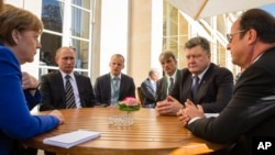 In a revived European push to bring peace to eastern Ukraine, (L-R), German Chancellor Angela Merkel, Russian President Vladimir Putin, Ukrainian President Petro Poroshenko and French President Francois Hollande are seen meeting in Paris, France, Oct. 2, 2015.