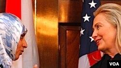 Menlu AS Hillary Clinton bercakap-cakap dengan Nobelis Perdamaian tahun ini, Tawakkul Karman dari Yaman.