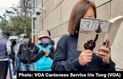 香港市民霍小姐表示,如果47名被告因参与初选犯国安法,投票的超过60万市民同样犯法,她对各被告要受马拉松聆讯及还柙之苦感到心痛(美国之音/汤惠芸)