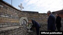 Haşim Taçi, savaş sırasında 84 Sırbistan vatandaşının öldürüldüğü yeri ziyaret ediyor.