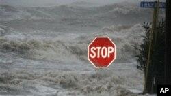 Bão Isaac mang gió và sóng mạnh vượt qua đập ngăn biển và làm ngập cả Đại lộ South Beach ở Waveland, bang Mississippi, Mỹ
