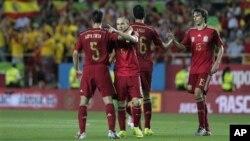 El equipo español celebra tras anotar un gol en un partido amistoso frente a Bolivia la víspera en Sevilla.
