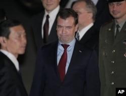 ປະທານາທິບໍດີຣັດເຊຍ ທ່ານ Dmitry Medvedev ໄປເຖິງສະໜາມບິນ Haneda ທີ່ກຸງ Tokyo ໃນ ວັນສຸກທີ 12, 2010 ເພື່ອເຂົ້າຮ່ວມກອງປະຊຸມ ສຸດຍອດ APEC ໃນ Yokohama.