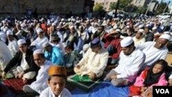 El grupo Musulmanes por la Paz reparte folletos donde explican que lo que buscan es la paz.