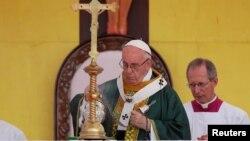 프란치스코 로마 가톨릭 교황이 미얀마 양곤의 축구경기장에서 미사를 집전하고 있다.
