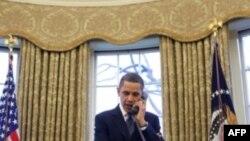 Presidenti Obama duke folur në telefon me presidentin rus Medvedev për traktatin e ri