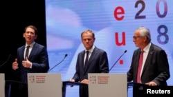 Dari kiri: Kanselir Austria Sebastian Kurz, Presiden Dewan Eropa Donald Tusk, dan Presiden Komisi Eropa Jean-Claude Juncker dalam konferensi pers di Salzburg, Austria, Kamis (29/9).