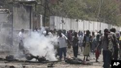 Des habitants de Mogadiscio sur les lieux de l'attentat