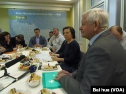 国际聋哑人体育委员会主席鲁贺列杰夫(右一)和汉特曼西自治区行政首脑科马罗娃(右二) (美国之音白桦拍摄)