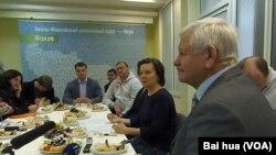 國際聾啞人體育委員會主席魯賀列杰夫(右一)和漢特曼西自治區行政首腦科馬羅娃(右二) (美國之音白樺拍攝)