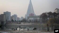 지난달 28일 눈이 내린 북한 평양. 보통강 뒤로 105층 류경호텔이 보인다.