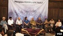 Para tokoh saat menggelar konferensi pers menyatakan dukungan kepada Presiden Joko Widodo menerbitkan Perppu KPK di Jakarta, Jumat (4/10/2019). (Foto: Sasmito Madrim/VOA)