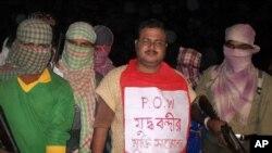 Des rebelles maoïstes indiens escortant leur otage, un policier kidnappé, le 22 octobre 2009.