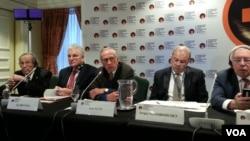 페리 전 국방장관(가장 왼편) 이 1일 워싱턴의 메이 플라워 호텔에서 열린 국제 핵관련 회의에서 전문가들과 기자회견을 하고 있는 모습