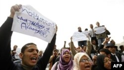 Diplomirani arheolozi bez posla traže radna mesta u protestu ispred Egipatskog muzeja u Kairu, 16. februara 2011.