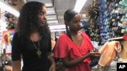صومالی نژاد ڈیزائنرز بہنیں اڈیل موھالن (بائیں) اور ایان موھالن