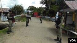 Pos Pemeriksaan TNI Polri di desa Tamadue, Lore Timur, Kabupaten Poso, Sulawesi Tengah memantau aktivitas keluar masuk warga sekitar ke kawasan hutan pegunungan di desa tersebut (VOA/Yoanes).