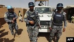 Binh sĩ Jordan trong lực lượng gìn giữ hòa bình tuần tra trại tị nạn Abou Shouk ở Darfur