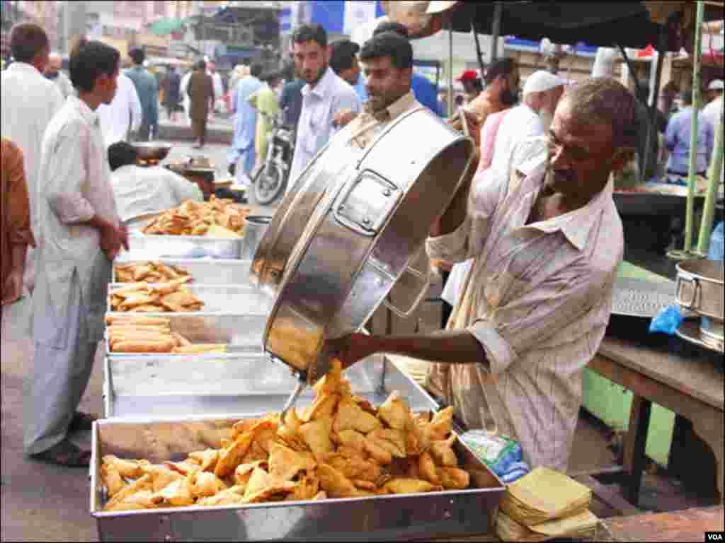 کراچی: : افطار کی اشیا کے ایک اسٹال پر سموسے فروخت کیلئے رکھےجارہے ہیں