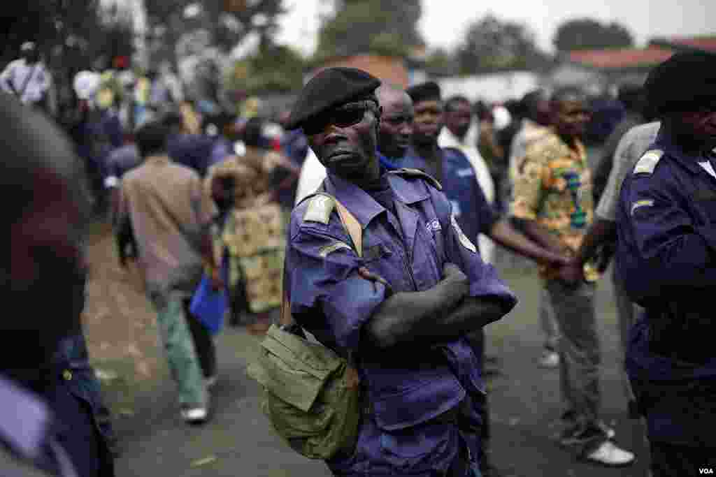 Polisi wa taifa wa Congo (PNC) wakusanyika tena kwenye uwanja wa mpira kupata amri kutoka makamanda wao, Goma, Congo, December 3, 2012.