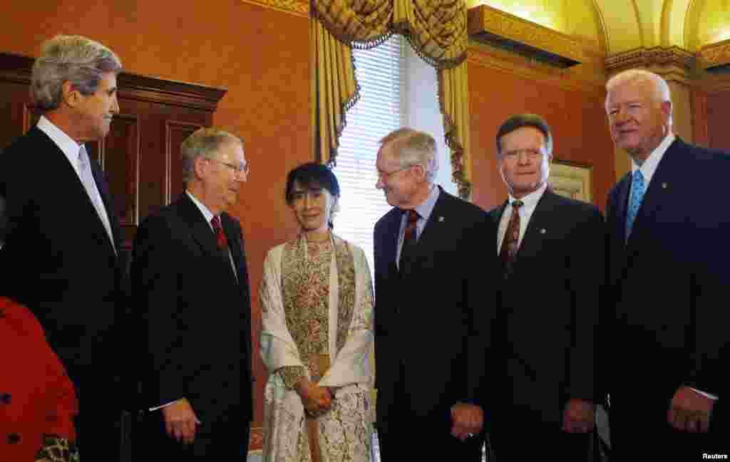 ديدار آنگ سان سوچی با (از چپ به راست) سناتور جان کری (حزب دمکرات – ايالت مين)، میچ مک کانل (جمهوری خواه – ايالت کنتاکی)، هری رید (دمکرات – ايالت نوادا)، جیم وب (دمکرات – ايالت ويزجينيا)، و ساکسبی چمبليس (جمهوری خواه – ايالت جورجيا) در ساختمان کنگره آمریکا در واشنگتن، دی سی، ۱۹ سپتامبر، ۲۰۱۲.