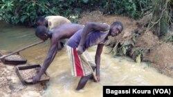 Des artisans miniers sur le site de diamant de Lango Oussé, dans la zone de Boda (Sud) de la RCA, le 19 sept. 2014. Photo Bagassi Koura.